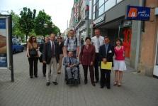 Džamila Stehlíková na procházce Plzní v doprovodu postižených