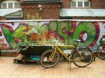 Berlinský koutek s jízdním kolem, graffiti a lahví