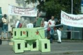 Demonstrace odpůrců ruských vojenských akcí na Kavkaze před ruským velvyslanectvím v Praze 14. srpna 2008