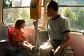 Otec s dcerou v tramvaji číslo 10