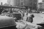 Muž s odhalenou hruďou pred okupačným tankom