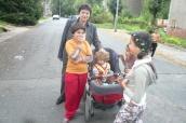 Džamila Stehlíková s romskými dětmi veSlezské Ostravě
