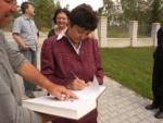 Džamila Stehlíková se podepisuje do pamětní knihy