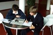 Dva studenti gymnázia Open Gate - Boarding school, s. r. o. při práci