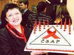 Džamila Stehlíková upekla dort k 20-mu výročí České společnosti AIDS pomoc