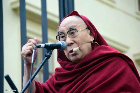 Dalajláma na Hradčanském náměstí v Praze